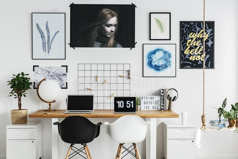 Dubbel bureau in huisbureau stock afbeeldingen