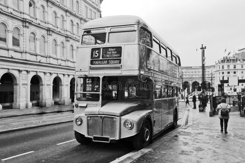Dubbel däckarebuss för tappning i London arkivbild