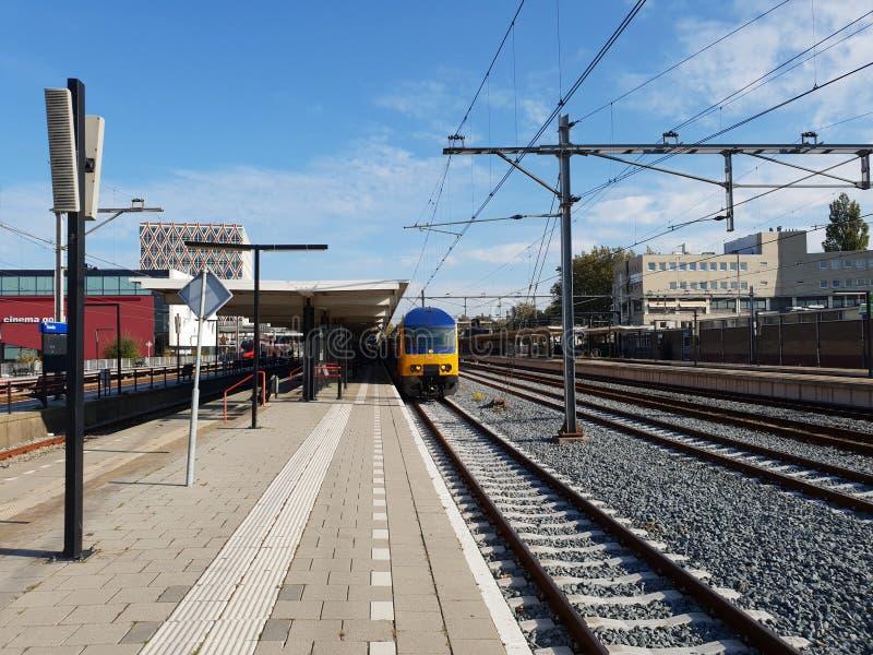 Dubbel dek interlokaal wachten langs het platform van stationgouda in Nederland royalty-vrije stock foto
