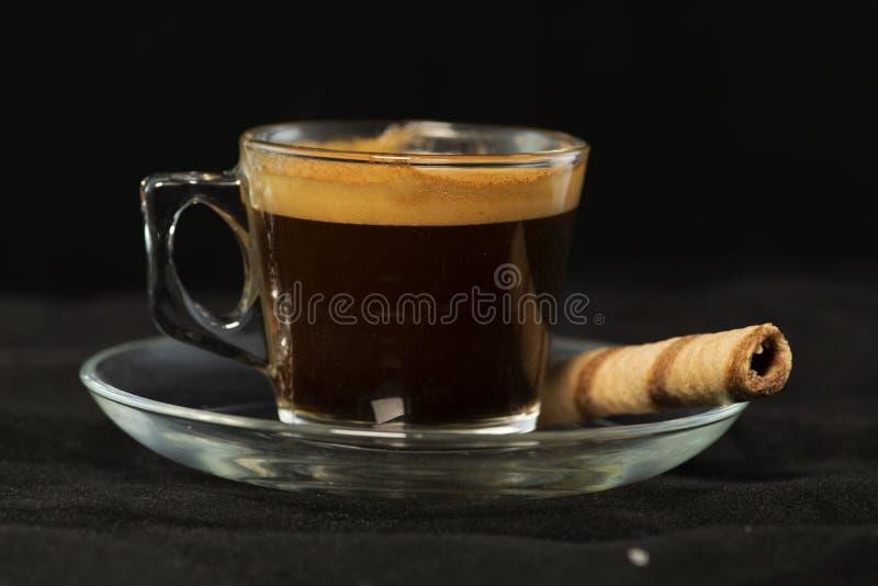 Dubbel espresso- och rånrulle med svart bakgrund royaltyfria foton