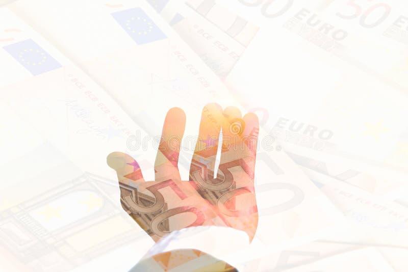 dubbel exponering öppen hand för affärsmanHand innehav på euro för hög 50 arkivfoto
