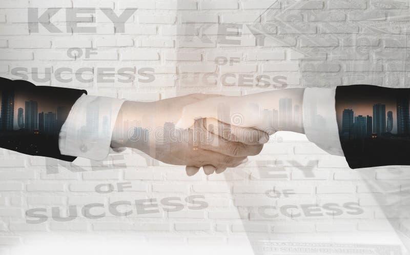 Dubbel exponering av affärsmän att skaka händer, acceptera affärssamarbetsavtal för partnerskap och investeringen, vit tegelstenv royaltyfria bilder