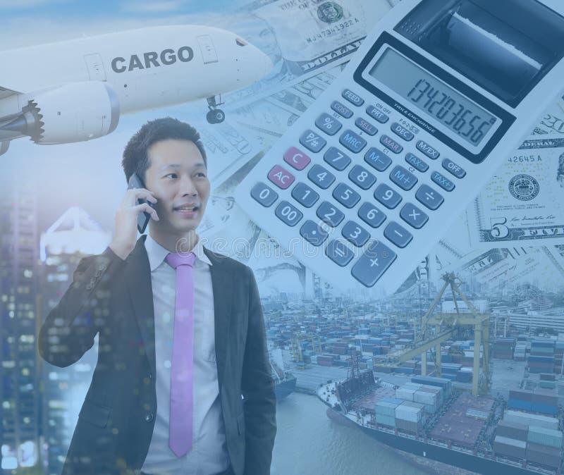 Dubbel exponering av affärsmannen som talar på telefonen med den globala investeringmarknaden royaltyfri fotografi