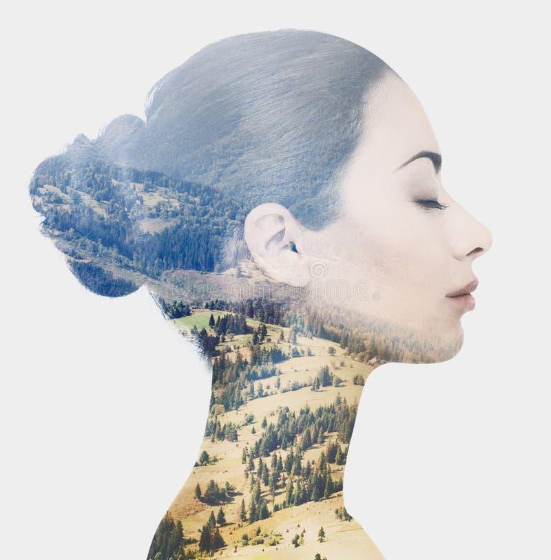 Dubbel exponering av den kvinnliga framsidan och det steniga landskapet arkivfoton