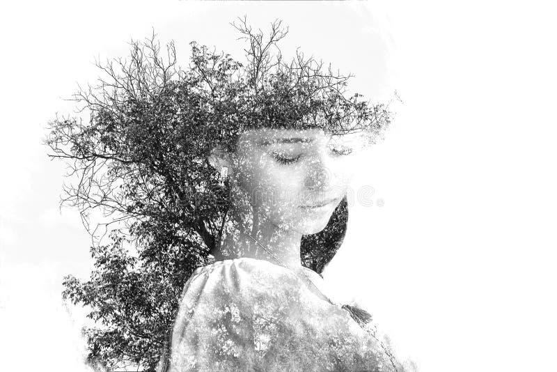 Dubbel exponering av den unga härliga flickan bland sidorna och träden Ståenden av den attraktiva damen kombinerade med fotografi royaltyfri fotografi