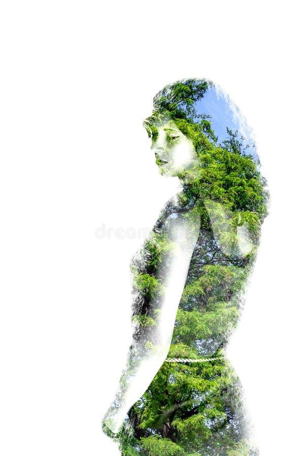 Dubbel exponering av den unga härliga flickan bland sidorna och träden Ståenden av den attraktiva damen kombinerade med fotografi arkivbilder