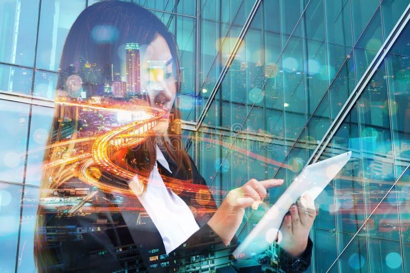 Dubbel exponering av Digital för bruk för affärskvinna den trådlösa mobilen Ta royaltyfri fotografi