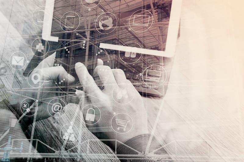 Dubbel exponering av handen genom att använda online-shoppi för smarta telefonbetalningar royaltyfri fotografi