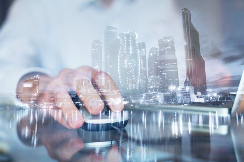 Dubbel exponering av handen med musen, affärsman som direktanslutet arbetar på datoren arkivbilder