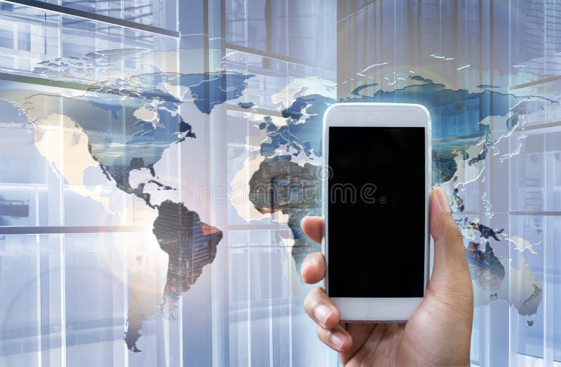 Dubbel exponering av handen visar att den vita smartphonen i lodlinje postulerar royaltyfri fotografi