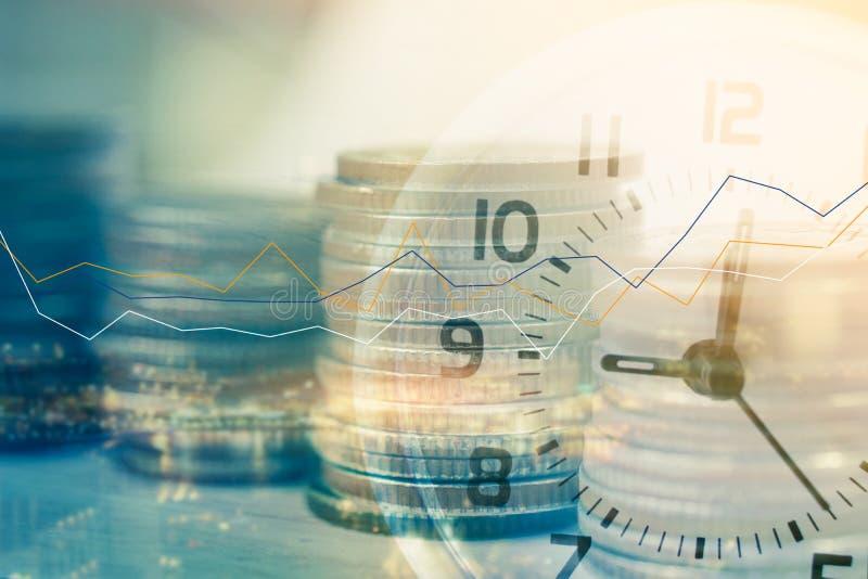 Dubbel exponering av klockan och rader av mynt med suddigt stadsljus och graf för finansbegrepp royaltyfria bilder