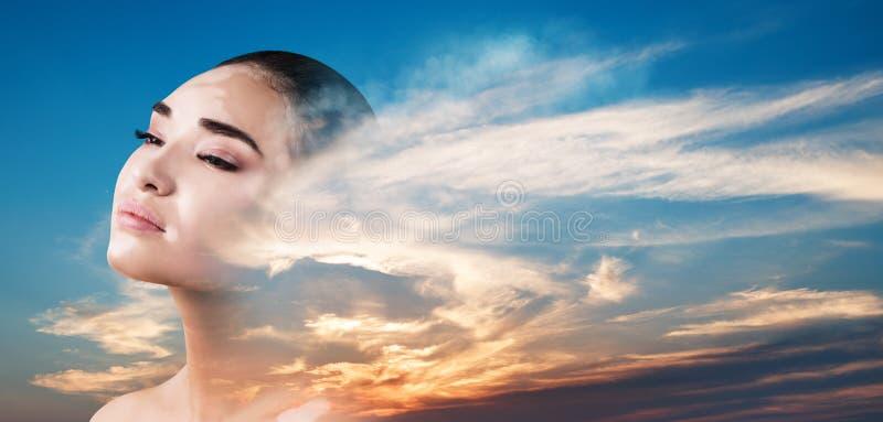 Dubbel exponering av kvinnan och den h?rliga solnedg?ngen royaltyfri fotografi