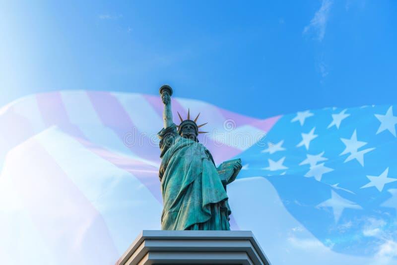 Dubbel exponering av statyn av frihet med Förenta staterna av amerikanska flaggan royaltyfria foton