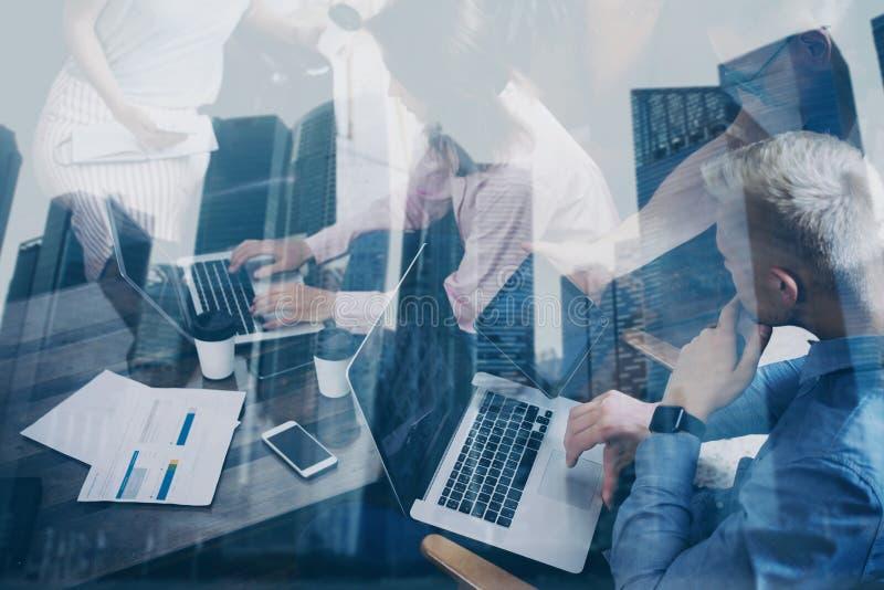 Dubbel exponering av unga coworkers som tillsammans arbetar på nytt startup projekt i modernt kontor framför affärsidéen isolerad