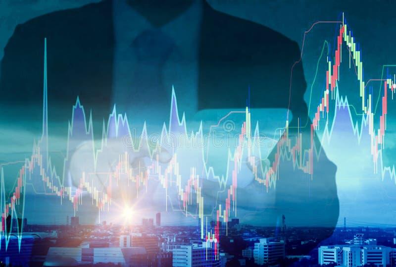 Dubbel exponering-begrepp risk och flyktighet av att investera aktiemarknaden, bakgrundscityscapesikt och skyskrapan med affärsma royaltyfria foton