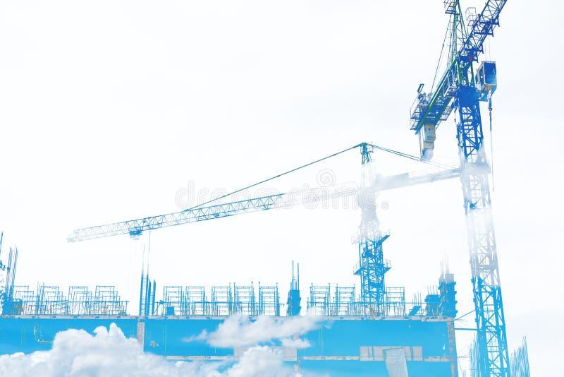 Dubbel exponering, byggnadskonstruktionsplatsen med blå himmel och vit fördunklar, på vit bakgrund med kopieringsutrymme royaltyfria foton