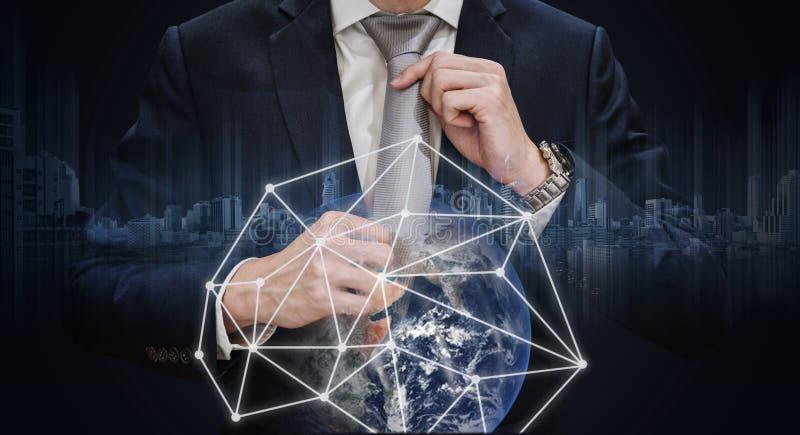 Dubbel exponering, hållande slips för affärsman med anslutning för globalt nätverk, anslutningstechn för global affär och affärsn arkivbilder