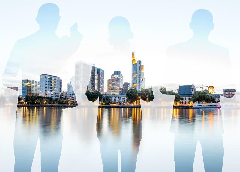 Dubbel exponering med affärsfolk och modern cityscape royaltyfri foto