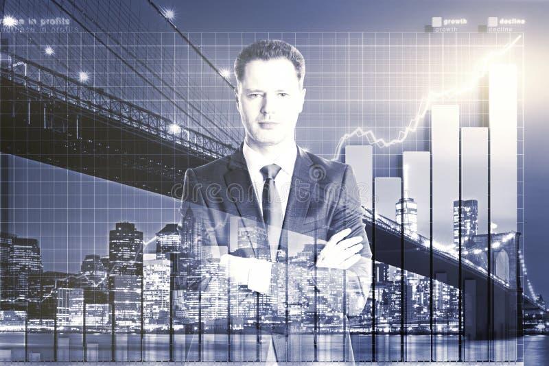 Dubbel exponering med affärsmannen och affärsdiagrammet arkivfoton