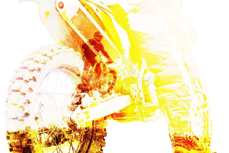 Dubbel exponering med mannen som rider en motorcykel med racerbilen, hoppar och tar av på språngbrädan stock illustrationer