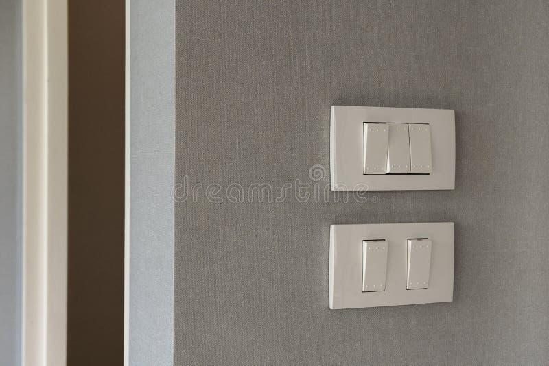 Dubbel hålighet med en strömbrytare på väggen Väggpunktpropp arkivbilder