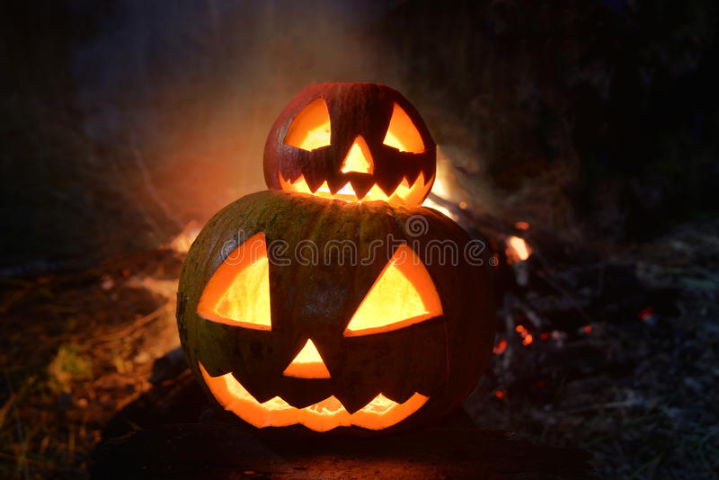 Dubbel halloween pumpa med brand på bakgrunden royaltyfria bilder