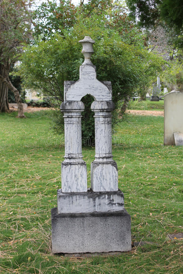 Dubbel kolonnmarmorgravsten i gammal kyrkogård royaltyfri fotografi
