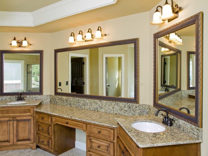 dubbel lyxig vask för badrum royaltyfri foto