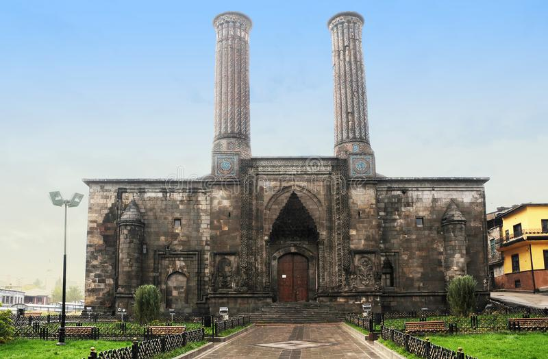 Dubbel minaret Medresse eller tvilling- minaret Madrasa Erzurum, Turkiet arkivfoton