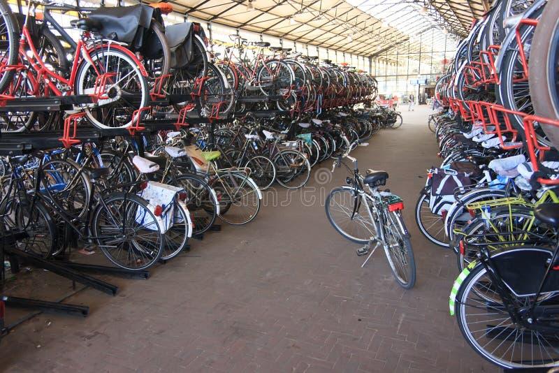 dubbel parkering för cyklar arkivfoton