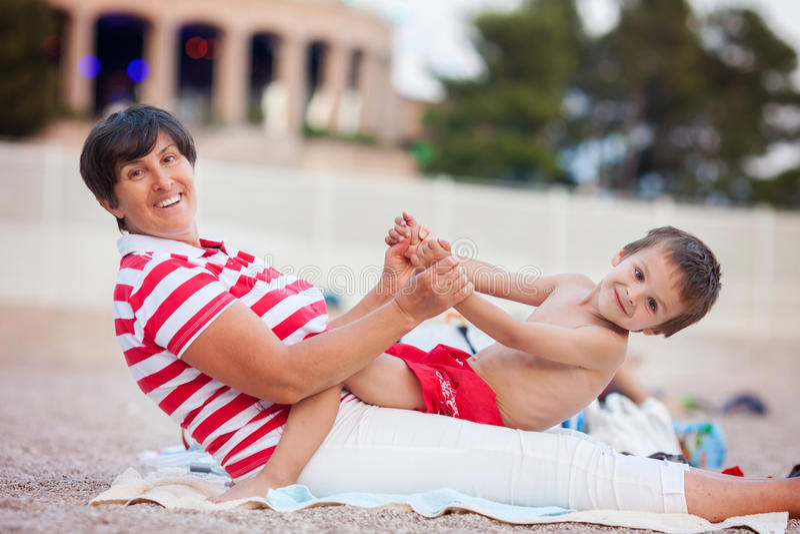 Dubbel portret van grootmoeder en kind op het strand royalty-vrije stock foto's