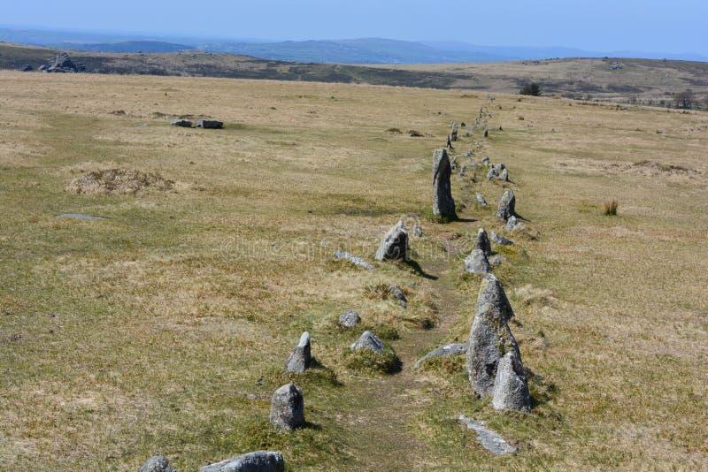 Dubbel rad av stående stenar på Dartmoor, Merrivale, UK royaltyfria bilder