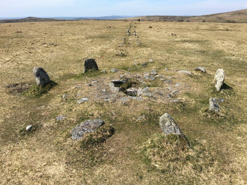 Dubbel rad av stående stenar på Dartmoor, Merrivale, UK royaltyfri foto