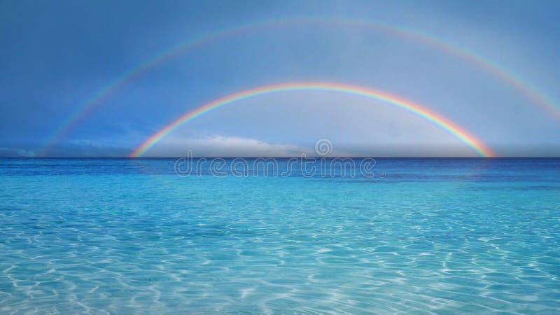 Dubbel regnbåge över havet royaltyfri foto