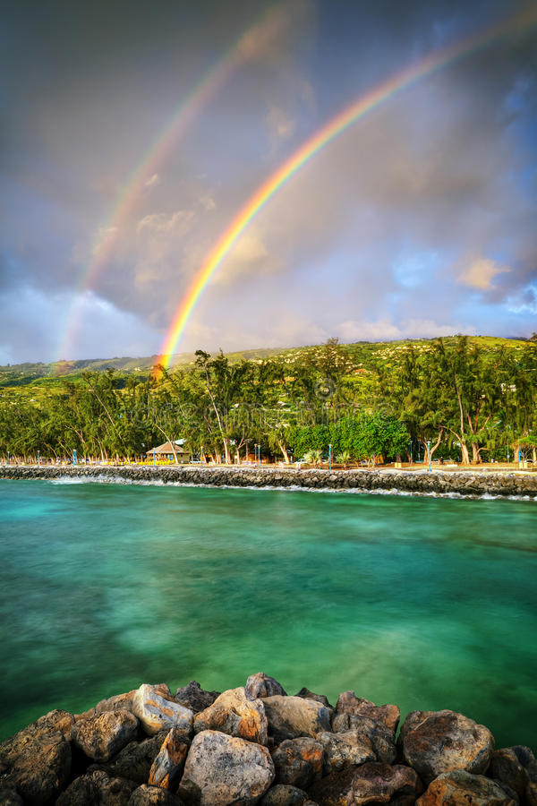 dubbel regnbåge för kust arkivbild
