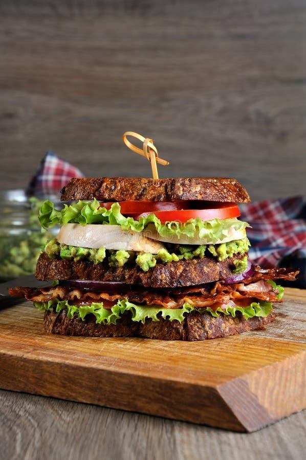 Dubbel smörgås med höna och bacon arkivfoto
