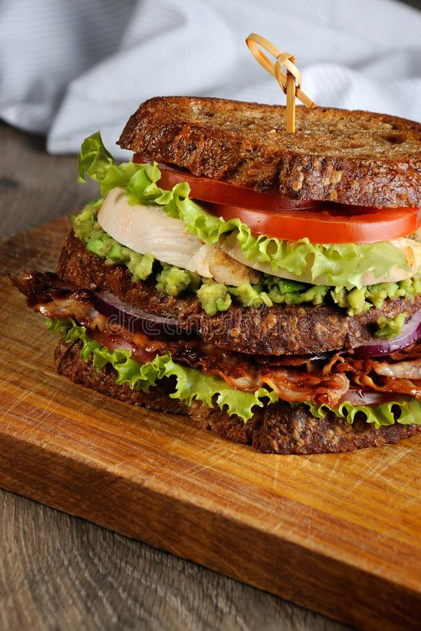 Dubbel smörgås med höna och bacon fotografering för bildbyråer