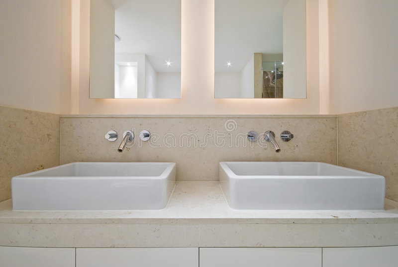 dubbel vask för badrum arkivbild
