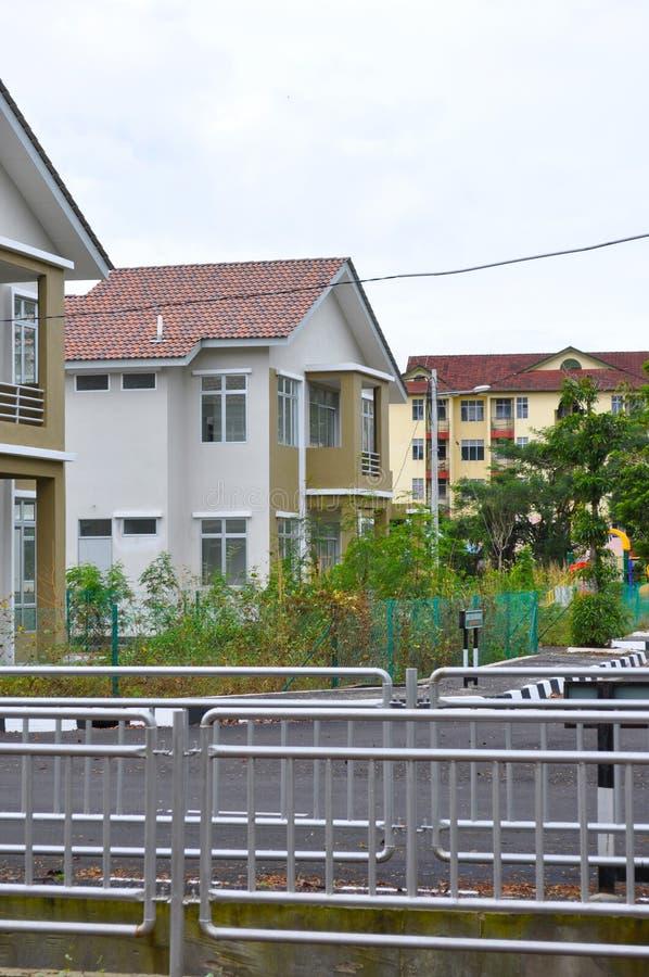 Dubbel verdiepingshuis in nieuw landgoed stock foto