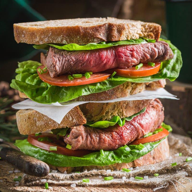 Dubbeldekerboterham met verse groenten en rundvlees stock foto's