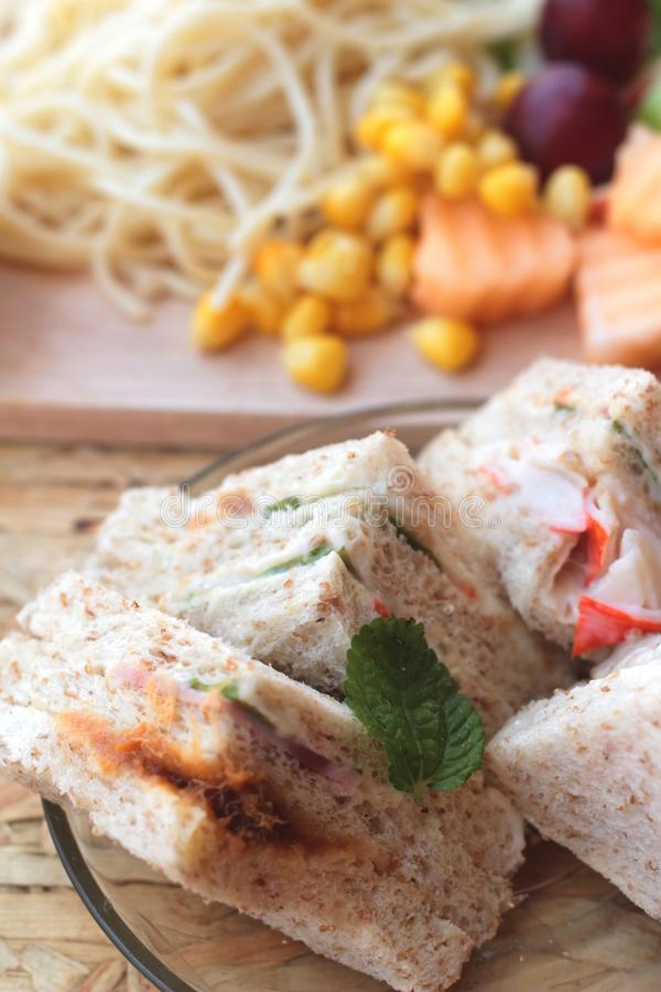 Dubbeldekker en deegwarenspaghetti met het fruit van de salademengeling stock fotografie