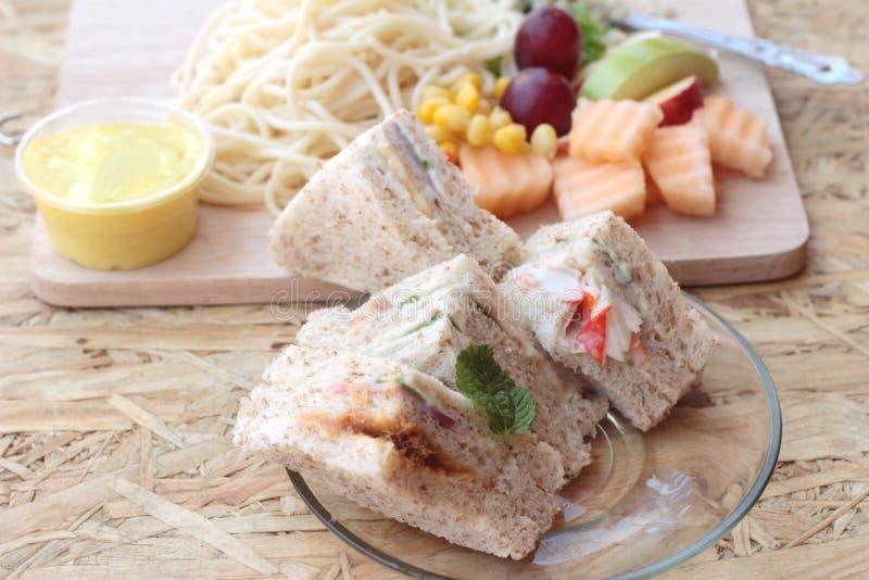 Dubbeldekker en deegwarenspaghetti met het fruit van de salademengeling royalty-vrije stock foto