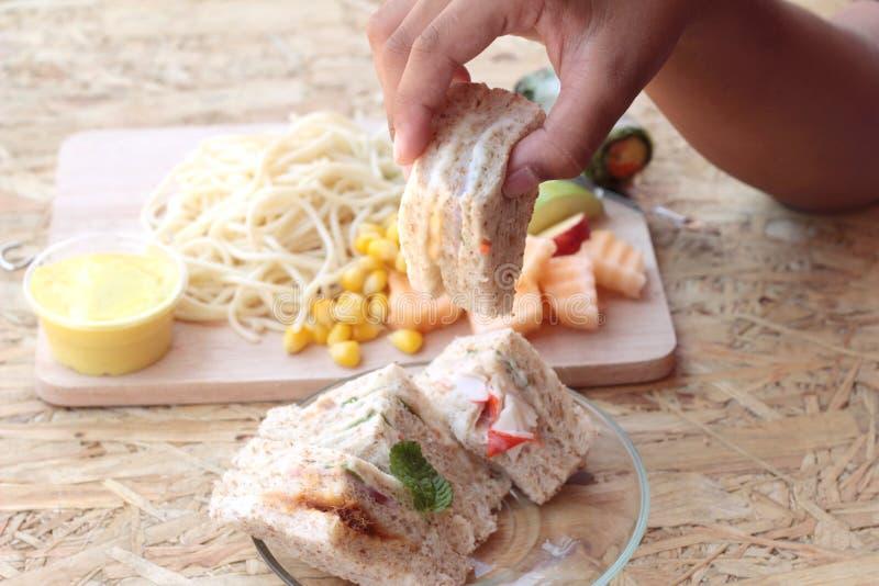 Dubbeldekker en deegwarenspaghetti met het fruit van de salademengeling stock foto