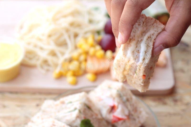 Dubbeldekker en deegwarenspaghetti met het fruit van de salademengeling stock afbeelding