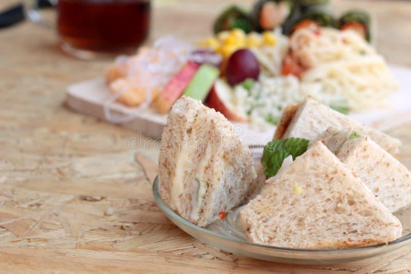 Dubbeldekker en deegwarenspaghetti met het fruit van de salademengeling royalty-vrije stock foto's