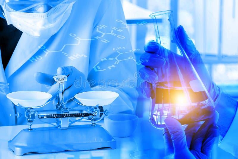 Dubbele Blootstelling, de fles van de handgreep bij laboratorium met chemische formule royalty-vrije stock foto