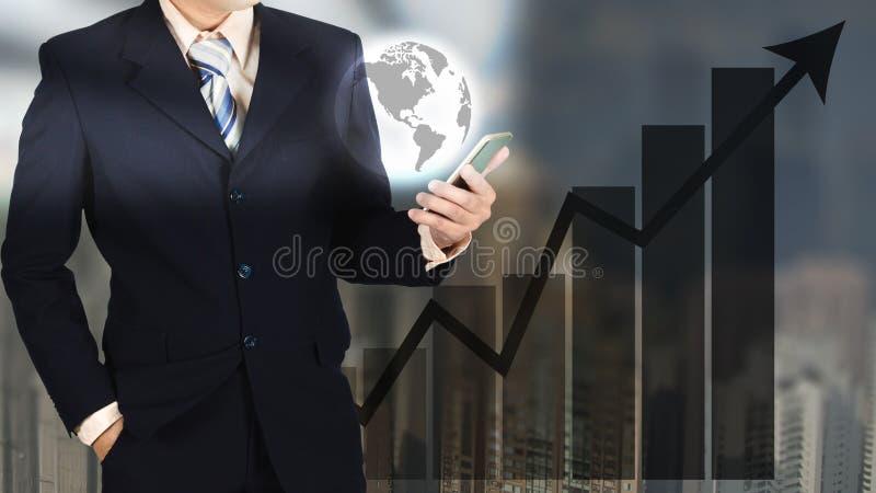 Dubbele blootstelling die van zakenman slim telefoon en wereldverstand houden stock foto