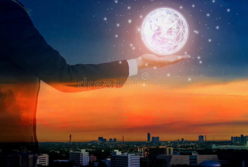 Dubbele blootstelling-futuristische hand van de Aarde van de bedrijfsvrouwenholding, cityscape achtergrond, Concept gevorderd Int royalty-vrije stock foto's