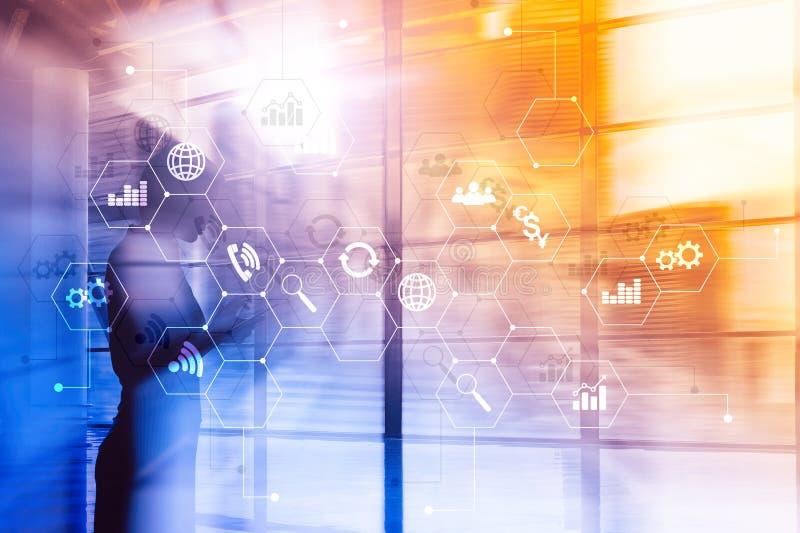 Dubbele blootstelling gemengde media Diagrammen en pictogrammen op het hologramscherm Bedrijfsmensen en moderne stad op achtergro stock foto