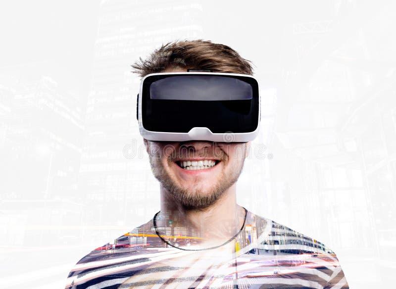 Dubbele blootstelling Mens die virtuele werkelijkheidsbeschermende brillen dragen De stad van de nacht royalty-vrije stock afbeeldingen